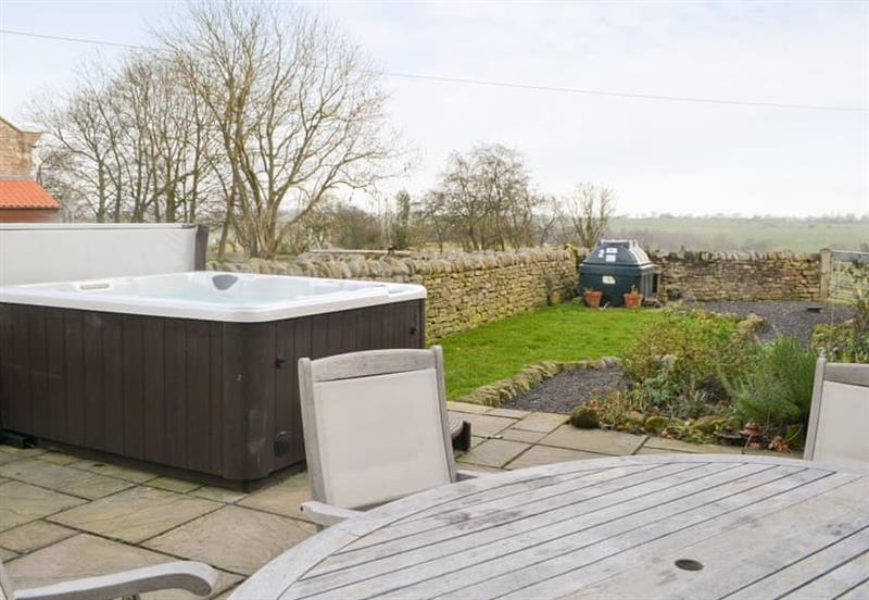 Garden and hot tub at Emms Hill Hideaway, Hamsterley, near Barnard Castle