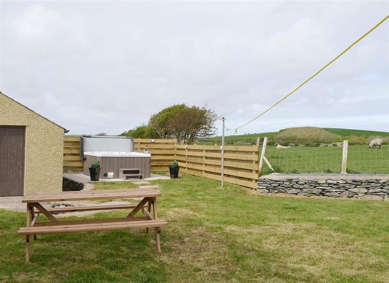 Garden and hot tub at Llofft Storws,