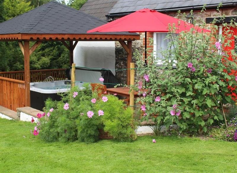 Garden and outdoor hot tub at Pond Cottage, New Quay