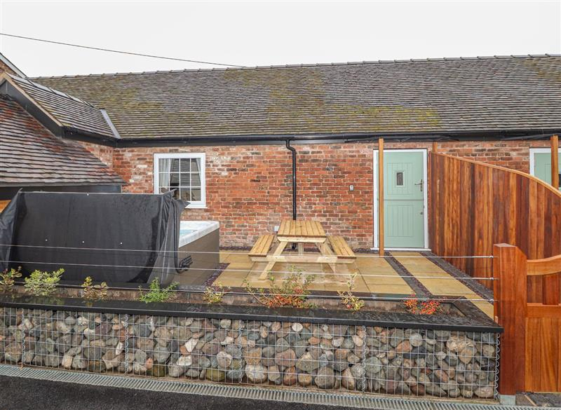 Garden and outdoor hot tub at The Dairy, Chester